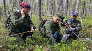 Nina Stolepova, Oleg Stolepov ja Ismo Mikkonen etsivät sotavainajia Maaselän kannaksella