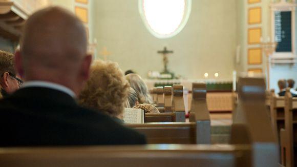 Seurakuntaa kirkossa.