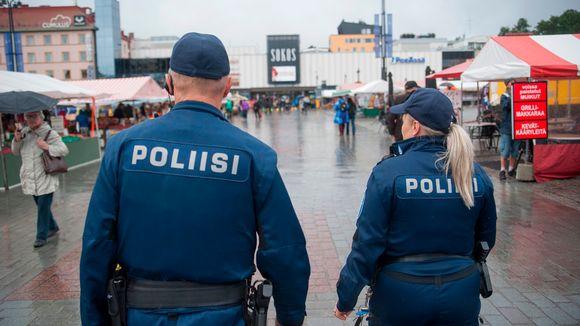Poliisipartio kävellen torilla.