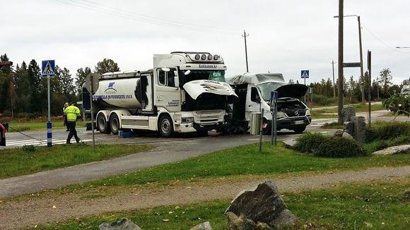 Maitoauton ja koulubussin kolari Suonenjoella 15.9.2017.