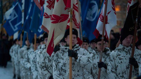 sotilaita sankarihaudalla.