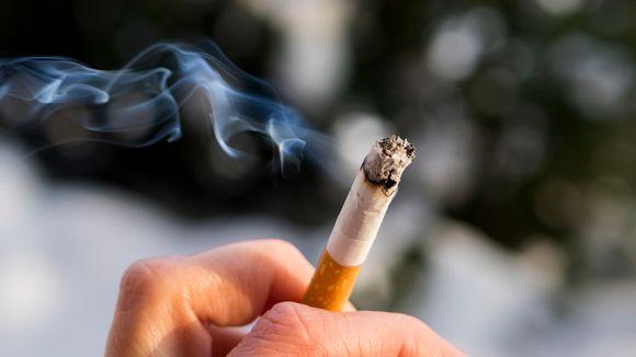 Tupakka palaa sormien välissä