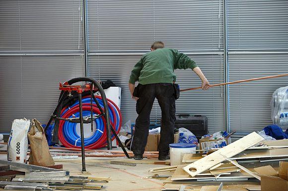 Rakennusmies käsittelee putkea