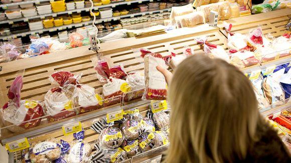 nainen leipähyllyllä