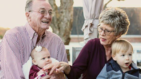 isovanhemmat ja kaksi lasta