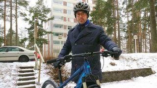 Jussi-Pekka Hakkarainen lähdössä kotoaan Lahden Möysästä kohti rautatieasemaa ja Helsinkiä.