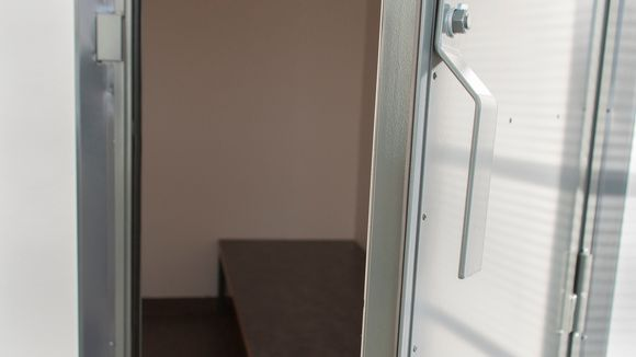 Päijät-Hämeen käräjäoikeuteen oikeudenkäyntiin tulevien vankien odotushuone istuntosalien takana.