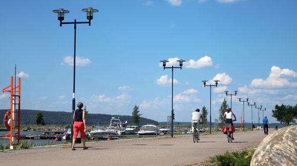 Pyöräilijöitä rantaraitilla Lahden satamassa.