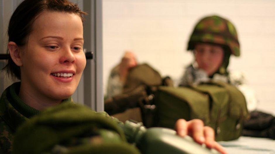 Ratsumiesten Taru Mähösen ja Minna Riihimäen mukaan naiset ovat armeijassa suurennuslasin alla. Se ei tosin haittaa, sillä he tekevät kaikessa parhaansa.