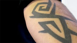 Tatuoitu miehen käsi.