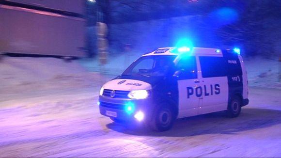 Poliisiauto hälytysajossa.
