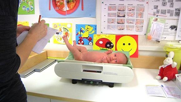 Neuvola Lahti vauvan painon mittaus