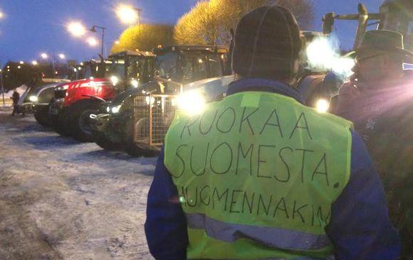 Maanviljelijät valmistautumassa traktorimarssiin.