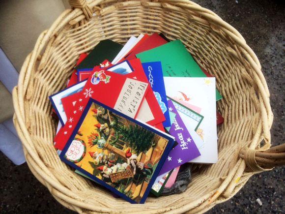 Joulukortit sisältävät iloisen tervehdyksen.