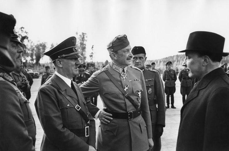Jatkosota. Saksan valtakunnankansleri Adolf Hitler vierailulla Suomessa marsalkka Mannerheimin 75-vuotispäivänä. Marsalkka Wilhelm Keitel, Adolf Hitler, Carl Gustaf Emil Mannerheim ja presidentti Risto Ryti