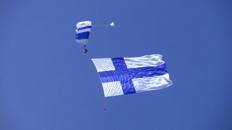 Suomen lippu taivaalla
