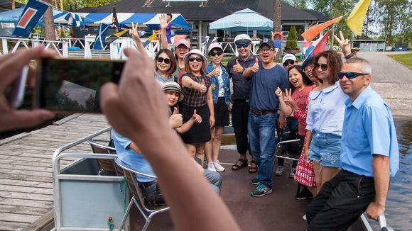 Kiinalaisia turisteja Imatran Vuoksen kalastuspuistossa