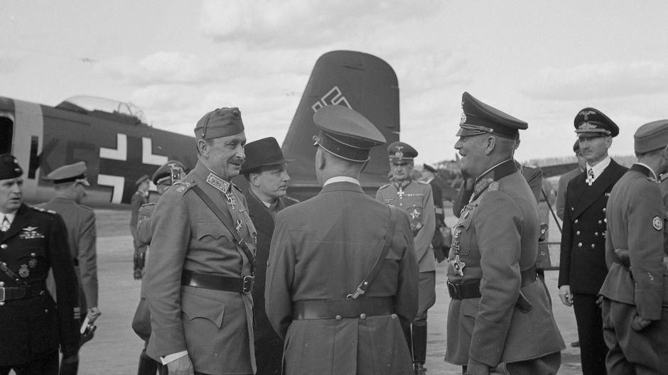 Marsalkka Mannerheim tervehtii Adolf Hitleriä lentokentällä