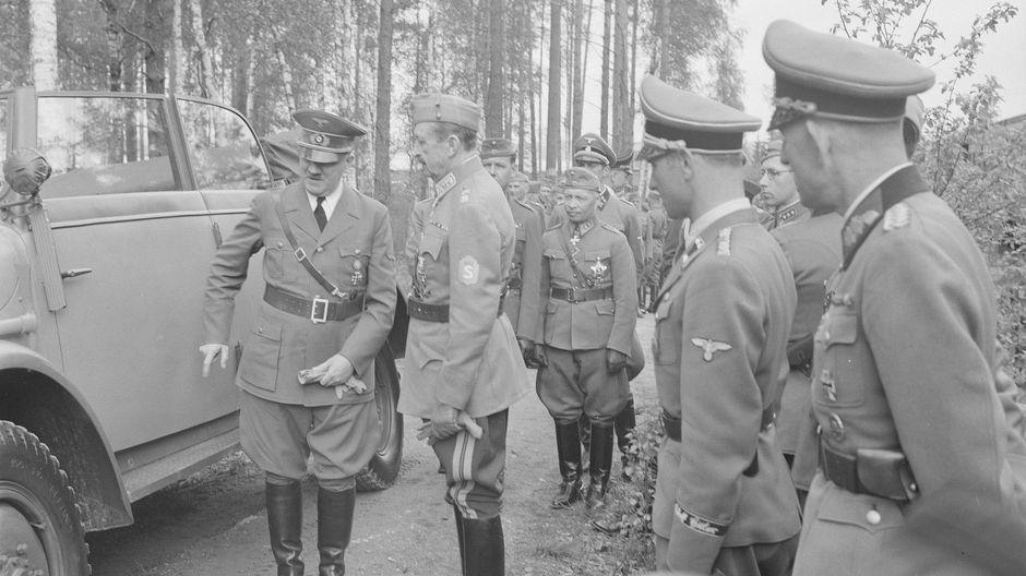 Adolf Hitler ja marsalkka Mannerheim sekä sotilaita