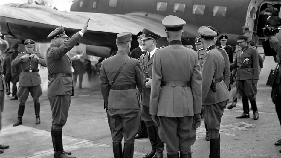 Adolf Hitler saapuu Immolaan. Taustalla lentokone.