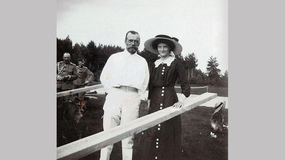 Keisari Nikolai II ja tytär Tatiana.
