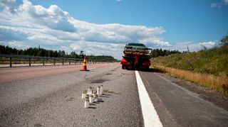 Autoa hinataan pois onnettomuuspaikalta