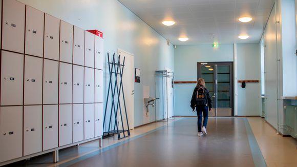 Aino Piironen kävelemässä koulun käytävällä.