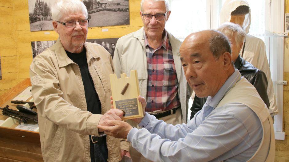 Masatoshi Sasayama saa muistoesineen