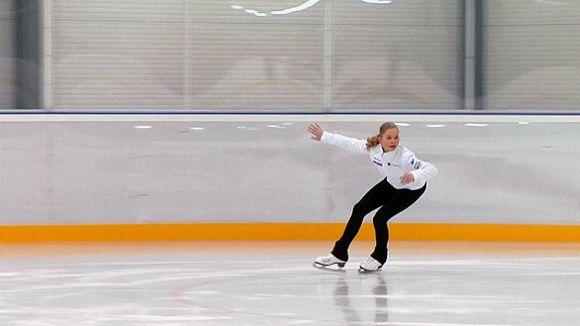 Alisa Mikonsaari harjoittelee jäällä.
