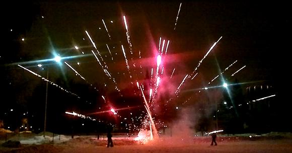 Ilotulitusraketti asetettuna lumeen. Raketti juuttuu paikalleen ja räjähtää maassa.