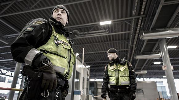 Nuijamaan rajavartijoita rajanylityspaikalla.
