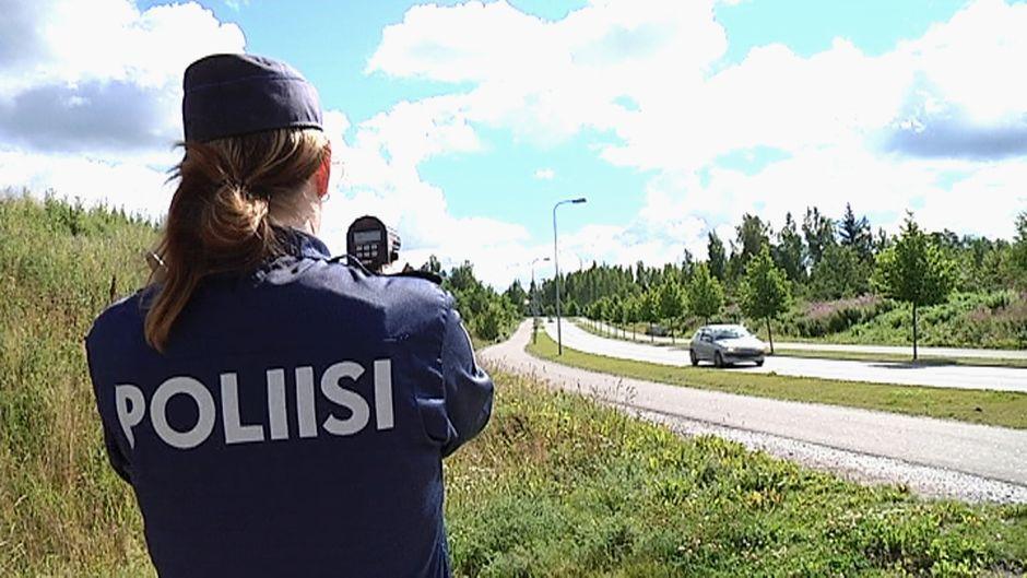 Poliisi valvoo nopeuksia tutkalla