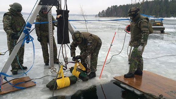 Video: Kaksi lentopommia on nostettu jään päälle