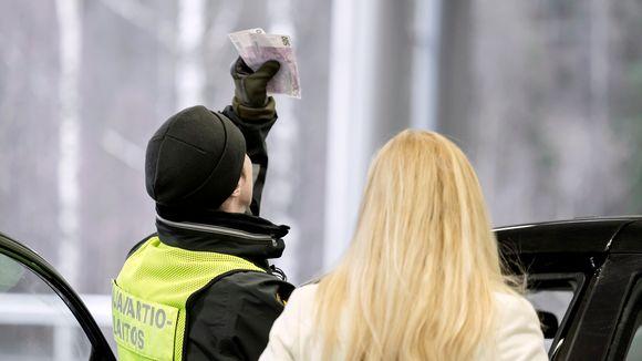 Rajavartija tarkastamassa venäläisen maahantulijan rahoja