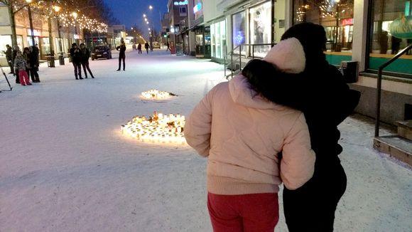 Kynttilät palavat Imatrankoskella yöllä menehtyneiden muistoksi.
