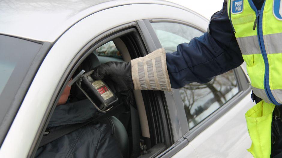 Poliisi puhalluttaa autoilijaa