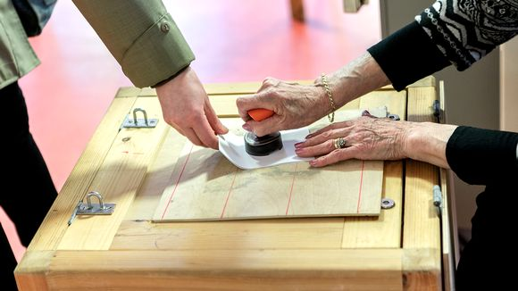 Äänestyslippua leimataan