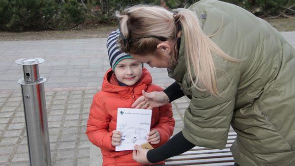 Värityskirja lapsen kädessä