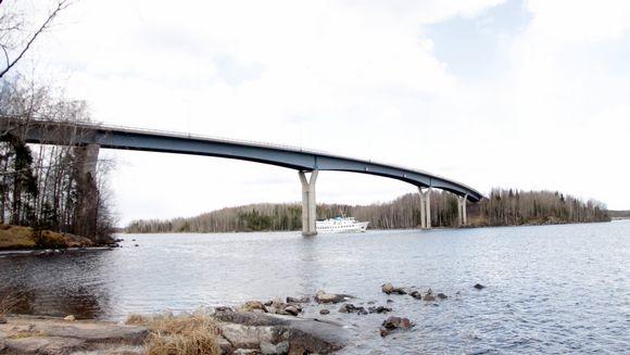 Carelia-laiva alittaa Luukkansalmen sillan