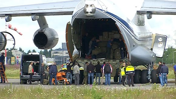 Putinin autoja tuova Ilyushin Il-76MD laskeutuu Lappeenrannan lentokentälle. Koneesta puretaan tavaraa.