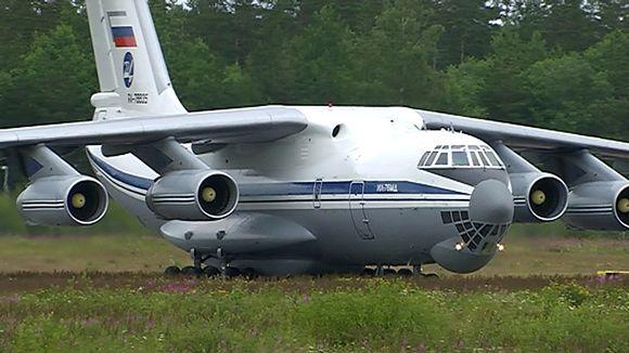 Putinin autoja tuova Ilyushin Il-76MD laskeutuu Lappeenrannan lentokentälle.