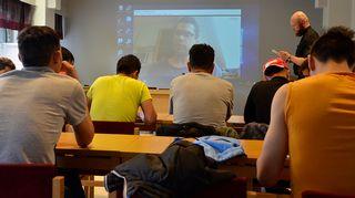 Turvapaikanhakijat käyvät rippikoulua tulkin välityksellä.