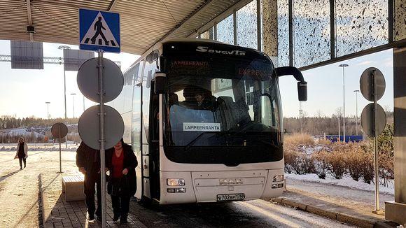 Venäläinen turistibussi Nuijamaan rajatarkastusasemalla menossa Lappeenrantaan.