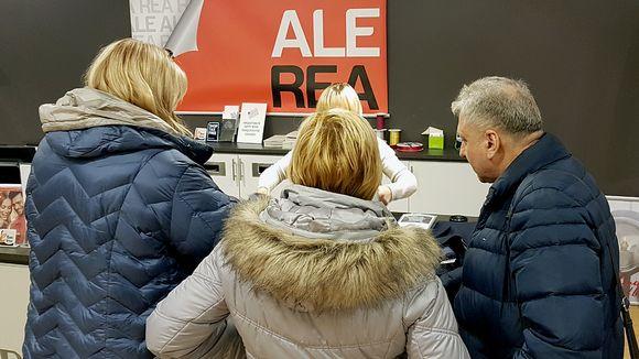 Venäläisiä asiakkaita kassalla.