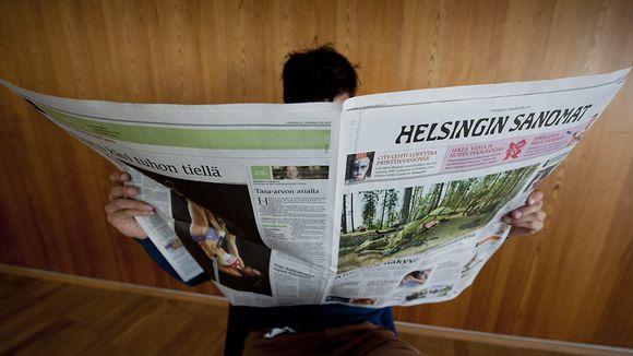 Mies lukee Helsingin Sanomia.