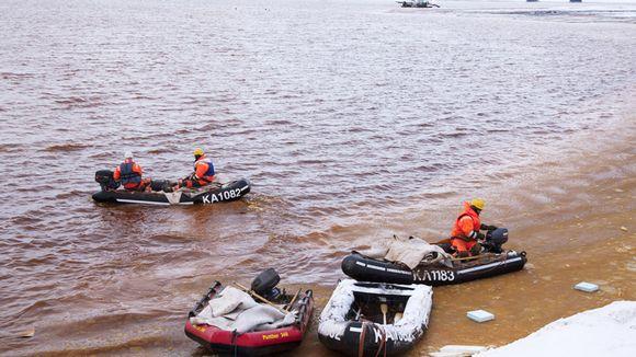 Talvivaaran kaivoksen vuotava sakka-allas 8. marraskuuta 2012. Bentoniittimattoja kuljetettiin sakka-altaan keskellä olevaan vuotokohtaan.
