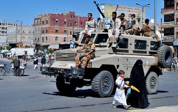 Jemeniläissotilaita maan pääkaupungin Sanaan kadulla perjantaina 21. joulukuuta 2012.