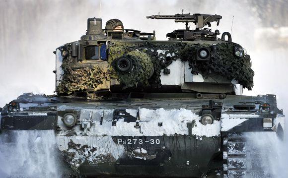 Leopard-panssarivaunu maavoimien harjoituksissa Parolannummella helmikuussa 2011.
