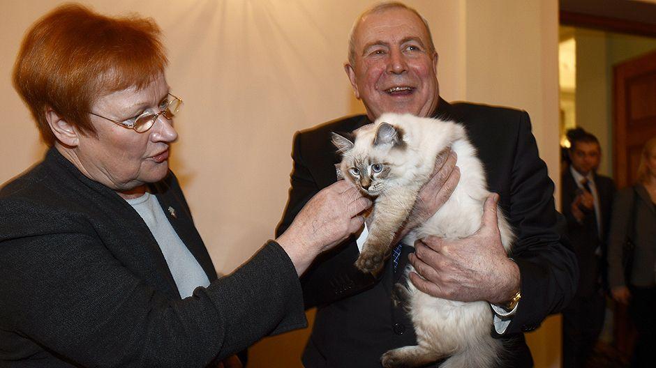 Venäjän suurlähettiläs Alexander Rumyantsev luovuttaa presidentti Tarja Haloselle Venäjän pääministerin Dmitri Medvedevin lahjan, Meggi-kissanpennun.
