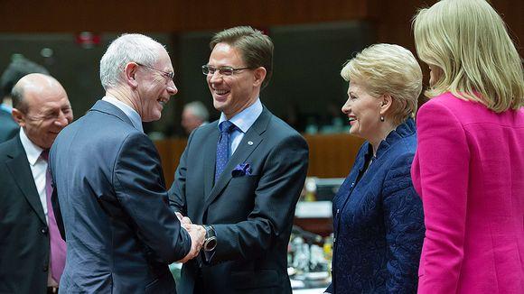 EU:n presidentti Herman Van Rompuy, Suomen pääministeri Jyrki Katainen, Liettuan presidentti Dalia Grybauskaite ja Tanskan pääministeri Helle Thorning-Schmidt keskustelevat EU:n budjettineuvotteluiden aikana.